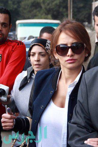 المحكمة تحرج زينة وتبرأ محامية عز