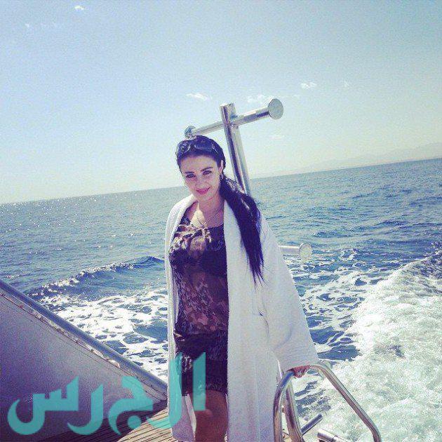 بالصورة: صافيناز على البحر بفستان شفاف