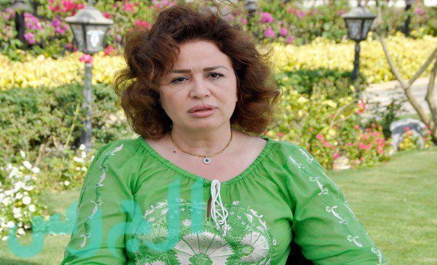 صورة لإلهام شاهين في الفراش مع زوجها تشغل الدنيا.. ولو