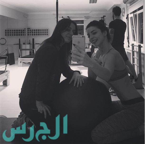 التركية زينب تكتشف عن بطنها في الجيم