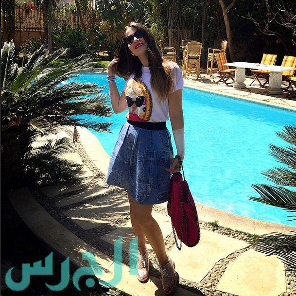 ابنة ميرفت أمين تشع جمالاً بالتنورة القصيرة
