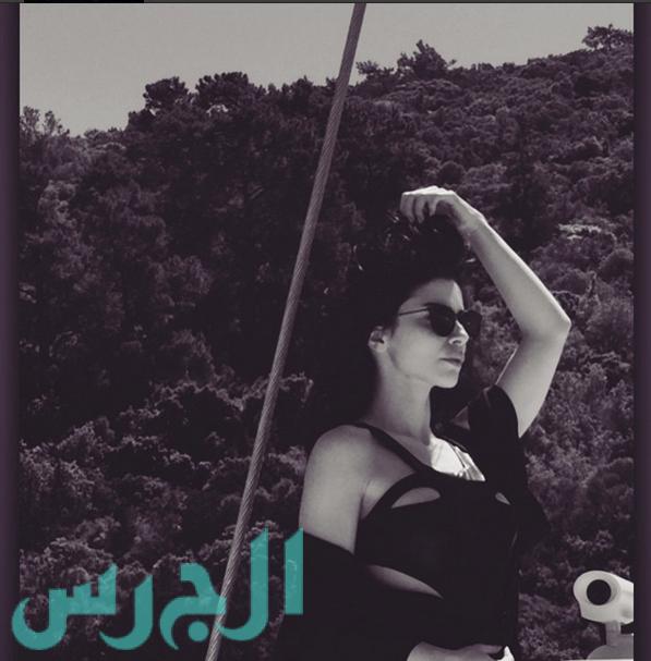 التركية زينب بملابس السباحة مع صديقاتها