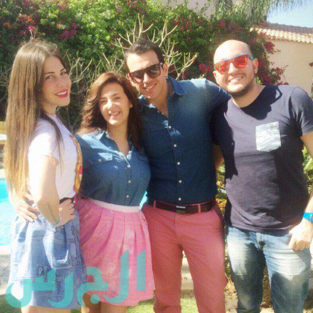 زوج دنيا سمير غانم يتعرض للانتقاد بسبب ارتدائه بنطلون فوشيا