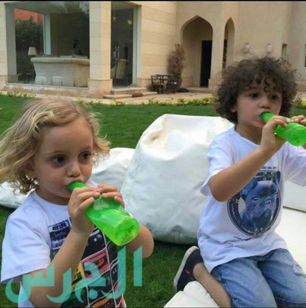 بالصورة: ابن ريهام عبد الغفور يشبهها وابنتها شقراء!