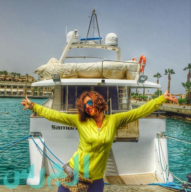 بالصورة: منّة فضالي على راحتها على البحر