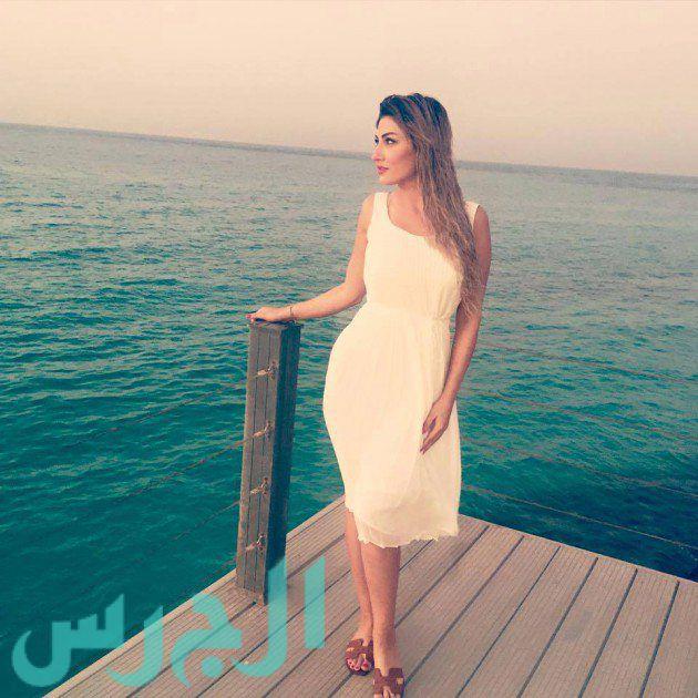 """بالصورة: هبة نور على الشاطىء وترتدي """"مشاية""""!"""