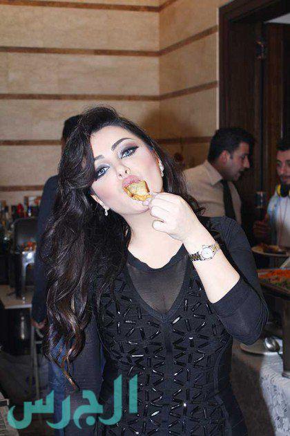 سارة الهاني تأكل