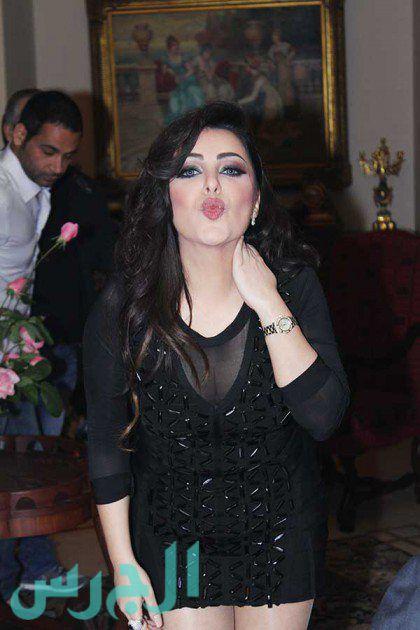 سارة الهاني وقبلة لمعجبيها