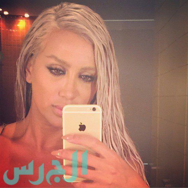 سلفي مايا دياب في الحمام وشعرها مبلل