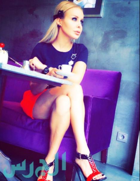 رولا سعد بتنورة حمراء قصيرة وإثارة بلا حدود