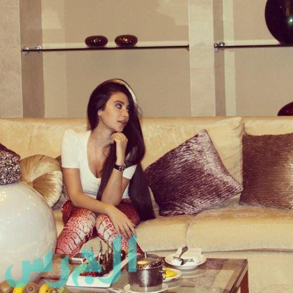 جيهان شقيقة ميريام فارس في صالون بيتها