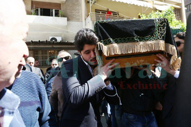 خالد راغب علامة يحمل نعش جده