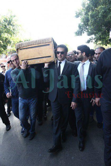 راغب يحمل نعش والده في الجنازة