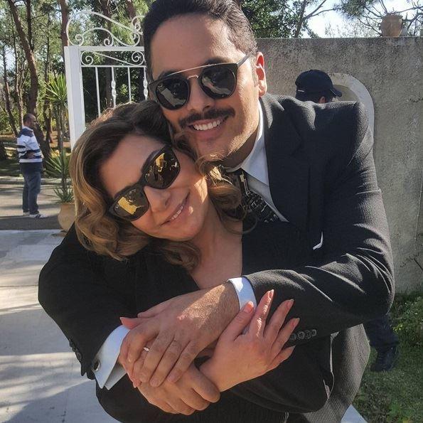 ظهر عياش في الصورة وهو يحتضن صديقته النجمة هيام أبو شديد