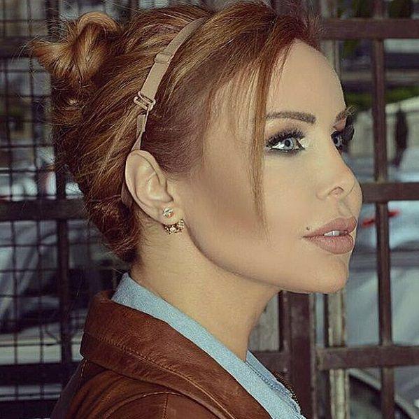 رولا سعد تربط شعرها بحمالة صدر