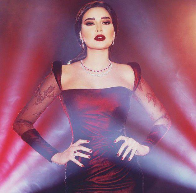 سيرين عبد النور بالفستان الأحمر وتضع يديها على خصرها