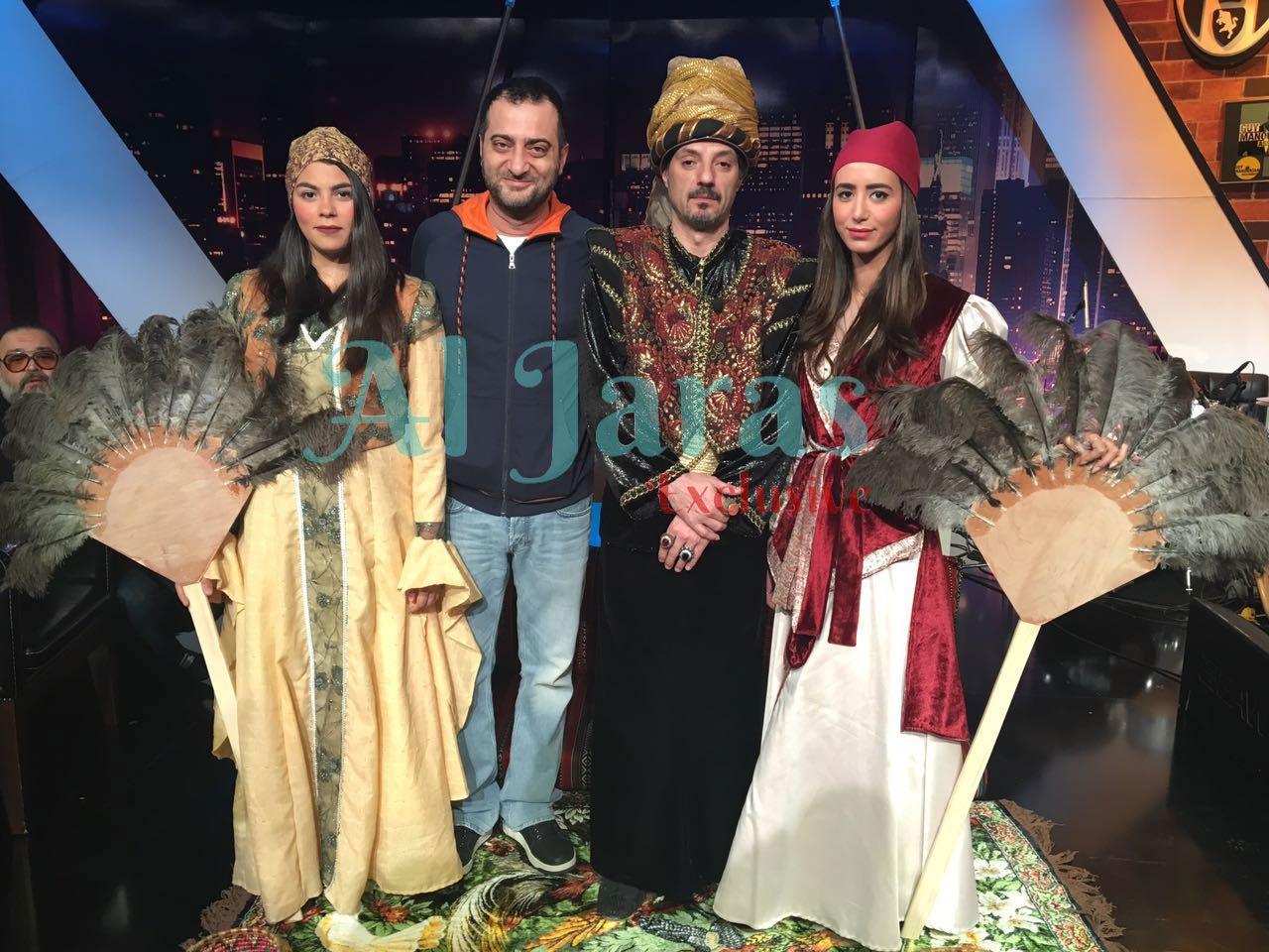 عادل كرم والمخرج ناصر فقيه وجزء من فريق العمل