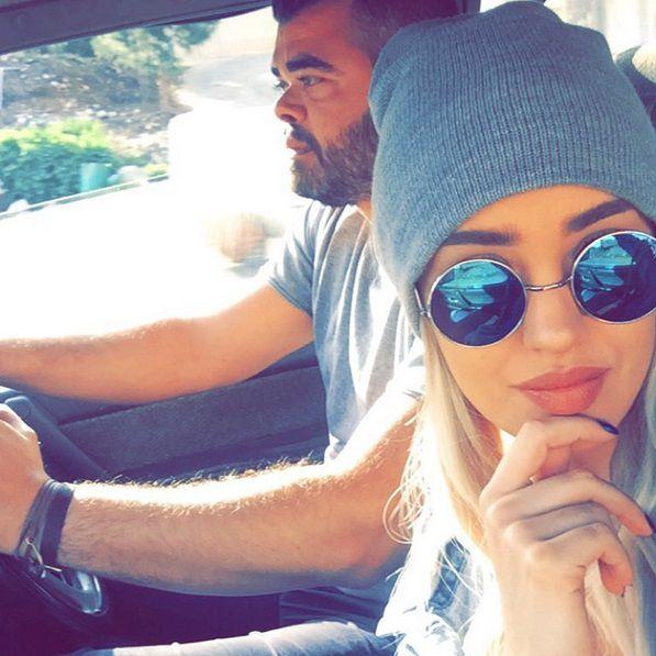 نينا عبد الملك برفقة شقيقها في السيارة