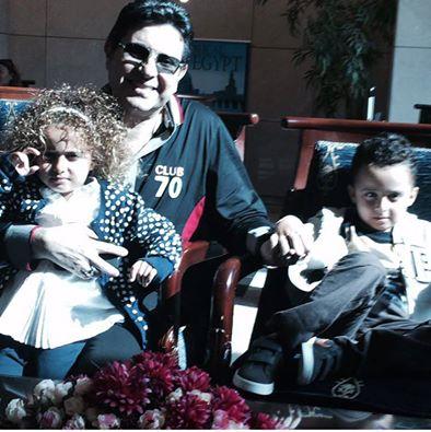 هاني شاكر مع حفيديه