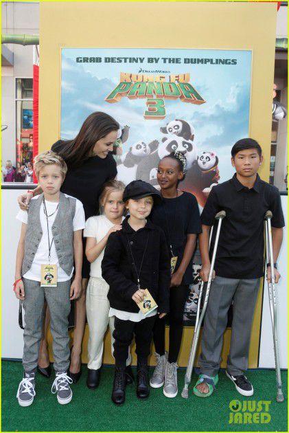 أنجلينا جولي مع أولادها