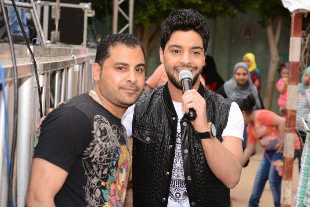 أحمد جمال برفقة أحد معجبيه