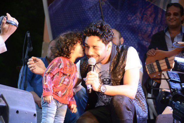 طفلة صغيرة تقبل أحمد جمال