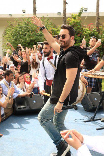 سعد يغني ويرقص مع الطلاب