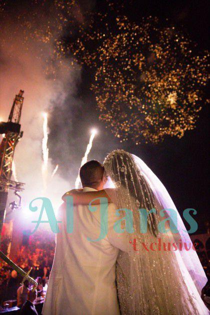 العروسان يشاهدان بداية حياة جديدة مليئة بالحب