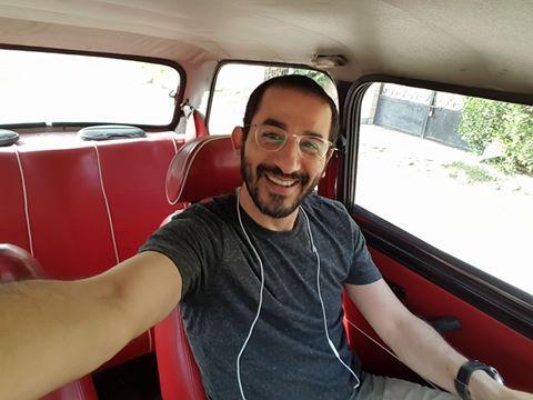 الفنان المصري أحمد حلمي وسلفي داخل سيارة قديمة