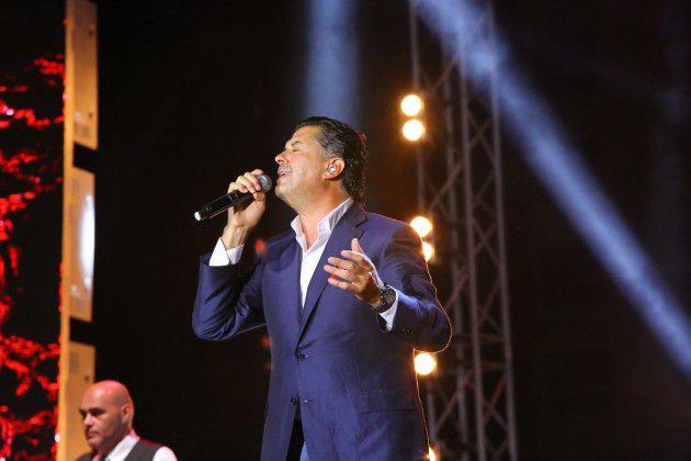 علامة يطرب الحضور بأغنياته