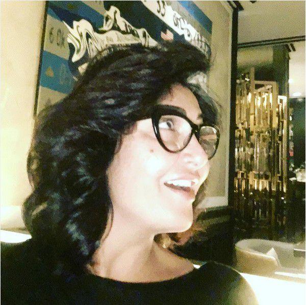الفنانة المصرية غادة عبد الرازق بعد أن عادت لطبيعتها بالشعر الأسود