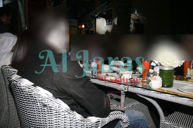 النجمان يجلسان إلى جانب بعضهما علي الطاولة نفسها لاحظوا القارورة