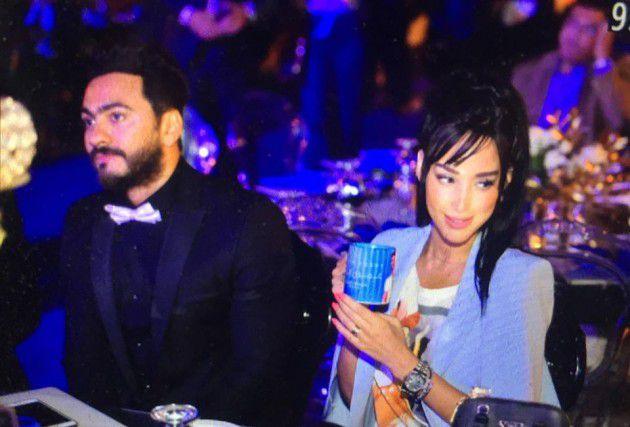 النجم المصري تامر حسني برفقة زوجته الفنانة المغربية بسمة بوسيل الآن في الحفل