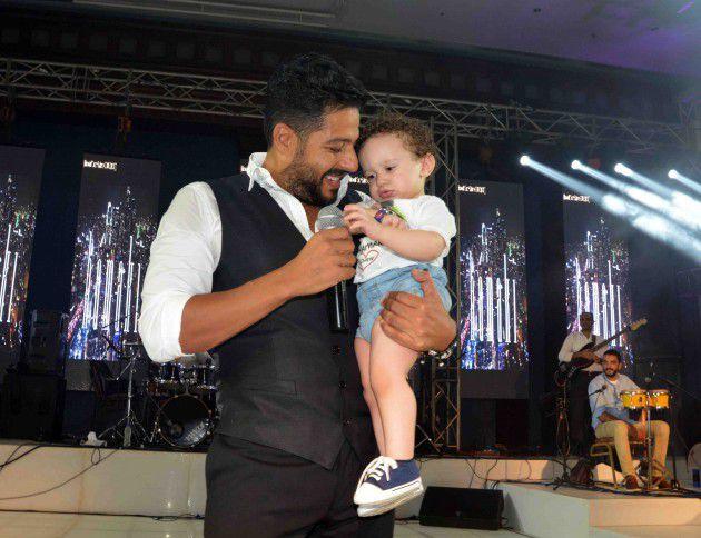 حماقي مع طفل صغير من جمهوره