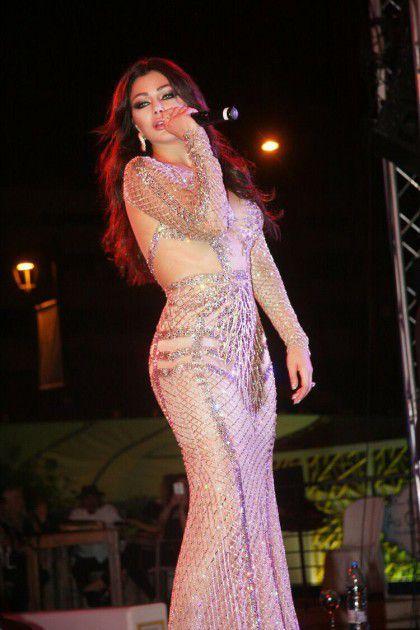هيفا بالأبيض في حفلها الأخير في الريفييرا بيروت