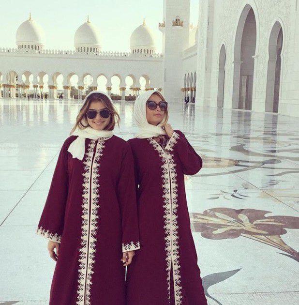باريس هيلتون مع صديقتها بالحجاب في دبي